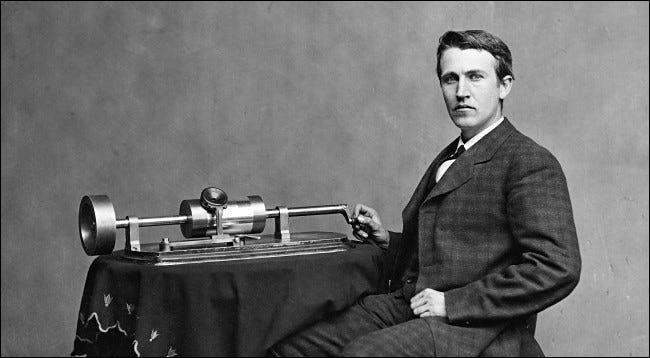 Thomas Edison mit seinem Phonographen ca.  1878