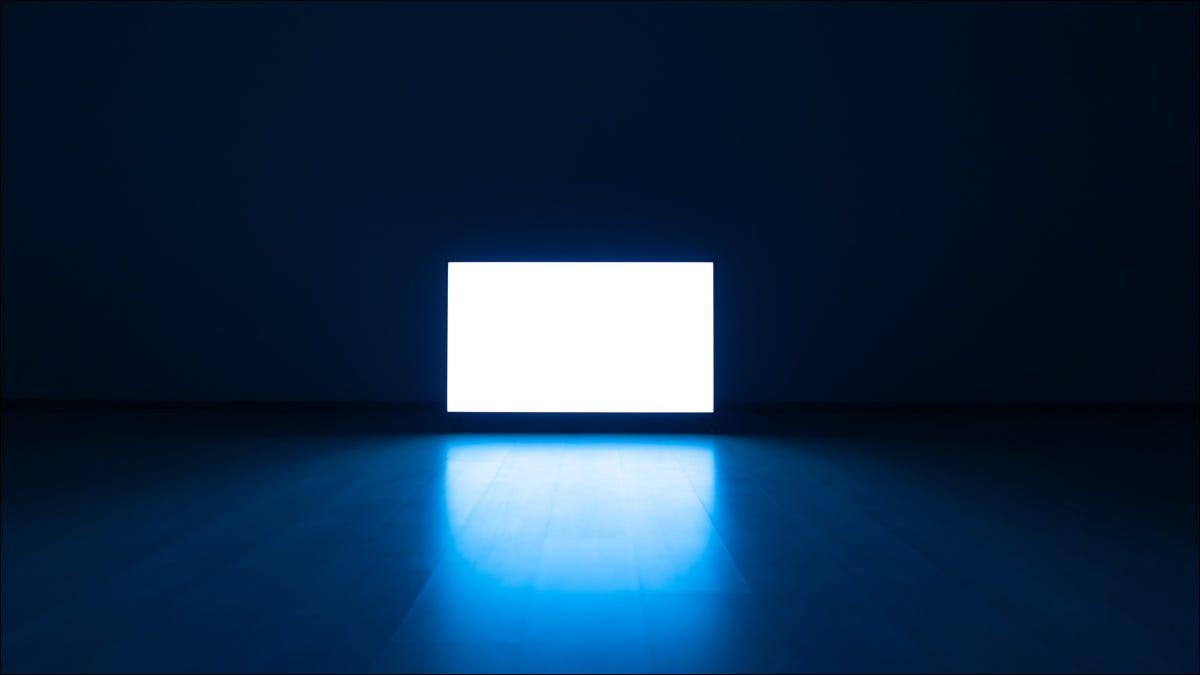 Ein heller Fernseher in einem dunklen Raum.
