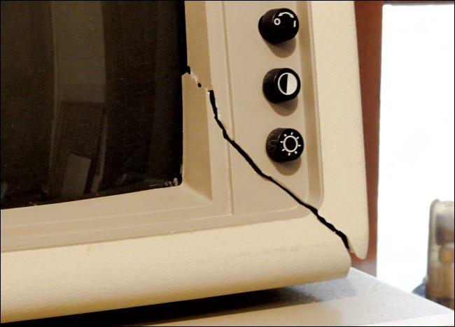 Transportschäden an einem IBM PC-Monitor.
