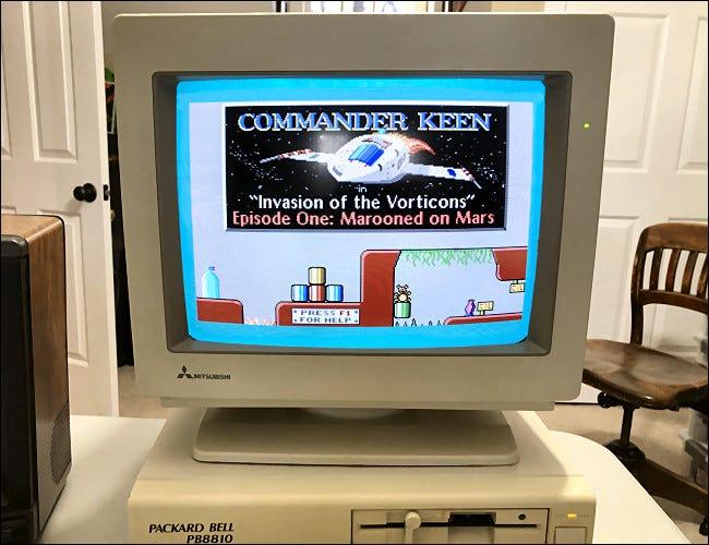 Ein Packard-Bell-PC mit einem CRT-Monitor, auf dem Commander Keen läuft.
