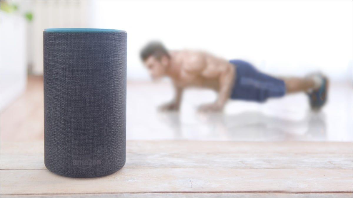 Ein Mann macht Liegestütze hinter einem Amazon Echo Plus-Lautsprecher.
