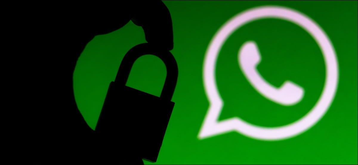 Eine Silhouette eines Vorhängeschlosses vor einem WhatsApp-Logo.