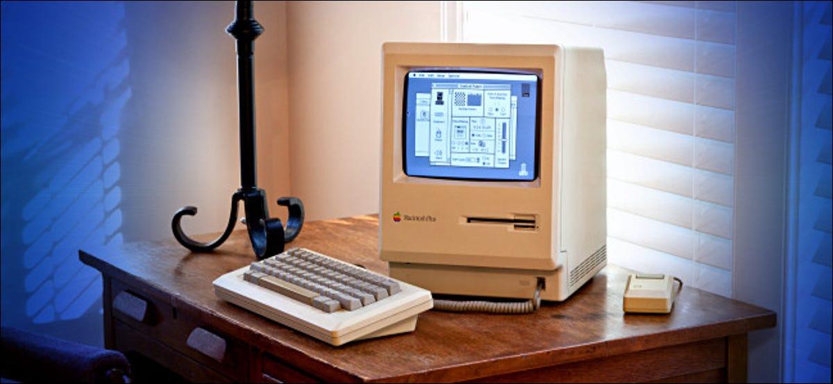 Ein Mac Plus auf einem Schreibtisch