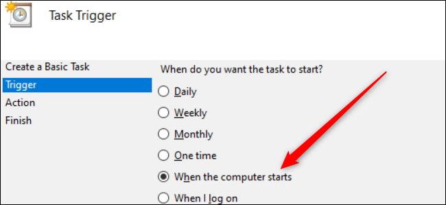 """Eine Reihe von Optionsfeldern in Windows 10 mit einem roten Pfeil, der auf die Option """"Beim Starten des Computers"""" zeigt."""