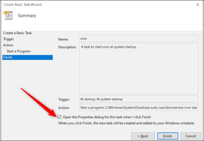 Das letzte Aufgabenerstellungsfenster des Windows 10 Taskplaners mit einem roten Pfeil, der auf die Option zum Öffnen des Aufgabeneigenschaftenfensters nach Abschluss zeigt.