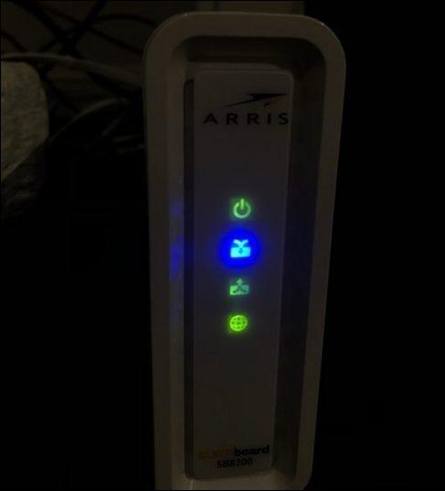 Ein Netzwerkmodem mit vier leuchtenden Lichtern