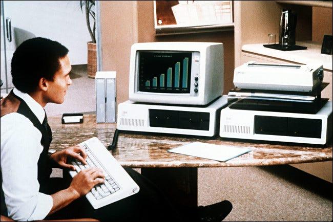 Ein Mann, der 1981 einen IBM-PC benutzte.