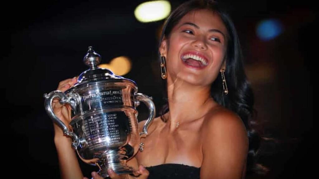 Emma Raducanu mit der US Open-Trophäe