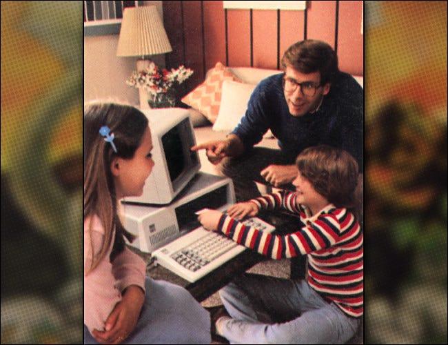 Eine Familie mit einem IBM-PC, wie sie 1981 in einem IBM-Werbebild zu sehen ist.