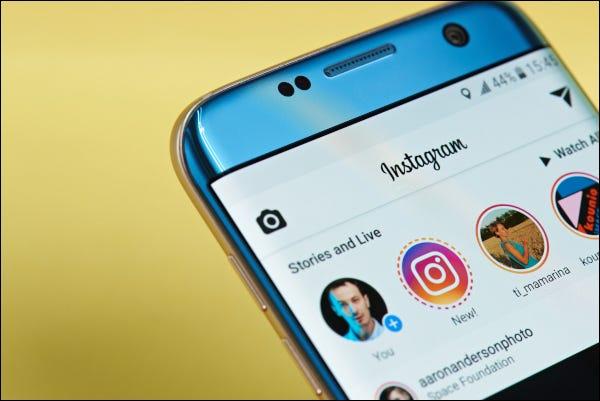 Instagram-App, die auf einem Smartphone geöffnet wird und Geschichten und Live-Feeds anzeigt.