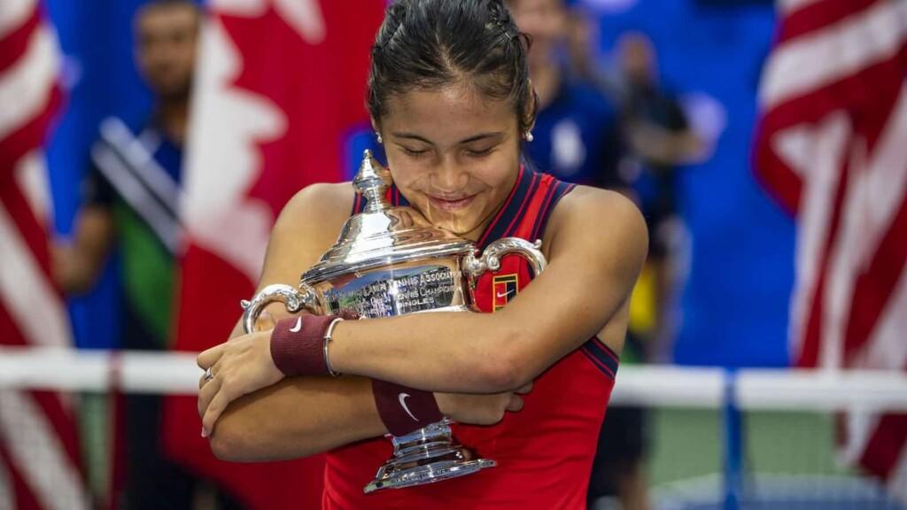 Emma Raducanu mit der US Open 2021 Trophy