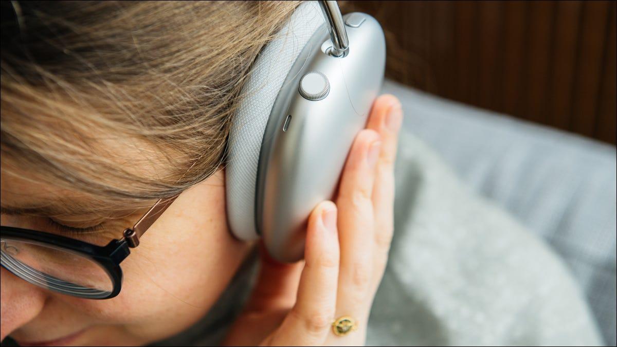 Nahaufnahme der Kopfhörerschale auf dem Kopf der Frau